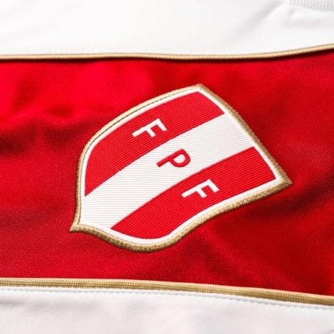Белая домашняя футболка сборной Перу на чемпионат мира 2018 герб