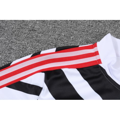 Черно-белый костюм Манчестер Юнайтед 2021-2022 плечо