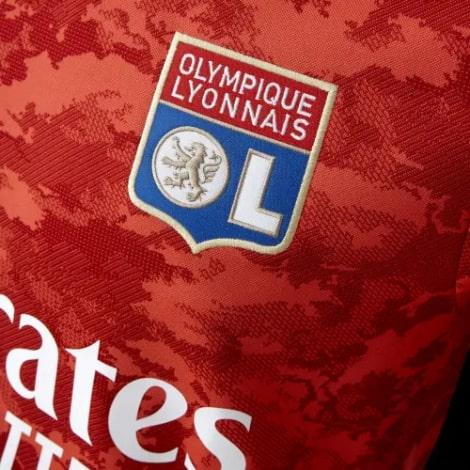 Гостевая игровая футболка Лион 2021-2022 герб клуба