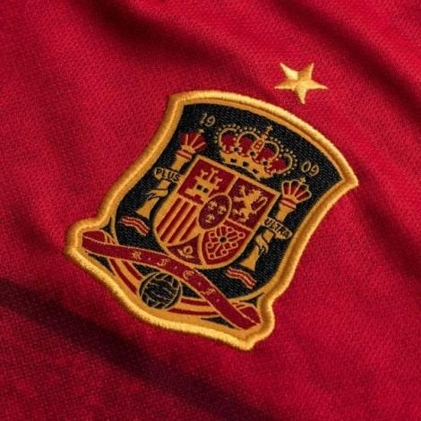 Детская домашняя футбольная форма Испании на ЕВРО 2020 герб сборной