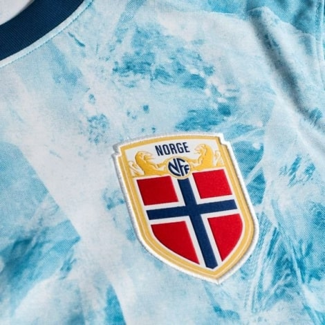Гостевая футболка Норвегии на ЕВРО 2020-2021герб сборной