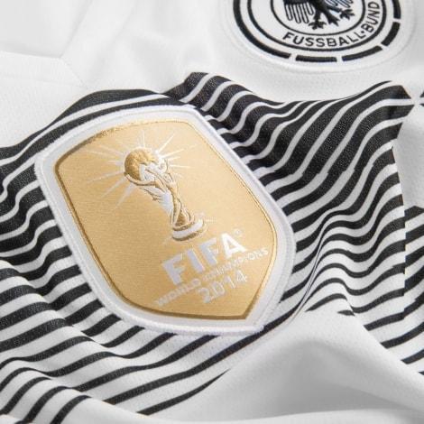 Женская домашняя футболка сборной Германии на ЧМ 2018 вблизи