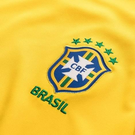 Домашняя игровая футболка сборной Бразилии 2019-2020 герб сборной