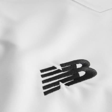Гостевая футболка Ливерпуля 2017-2018 логотип