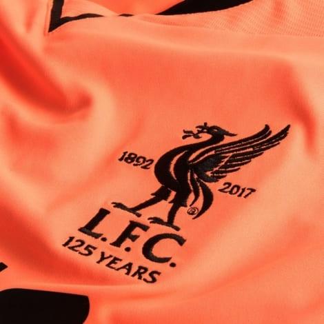 Третья игровая футболка Ливерпуля 2017-2018 логотип клуба