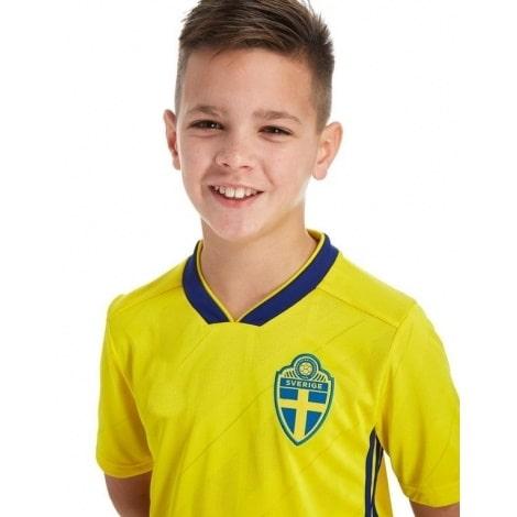 Детская домашняя футбольная форма Швеции на ЧМ 2018 футболка вблизи