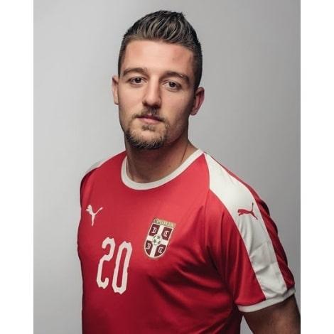 Красная домашняя футболка сборной Сербии на чемпионат мира 2018 на игроке
