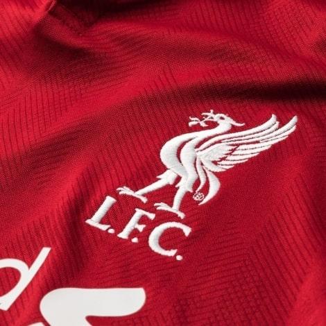 Герб клуба на футболке Ливерпуля 2018-2019 вблизи