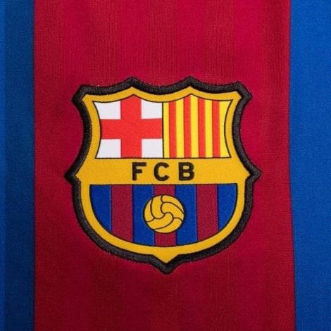 Четвертая игровая футболка Барселоны 2020-2021 герб клуба