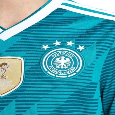Детская гостевая футбольная форма Германии на ЧМ 2018 вблизи