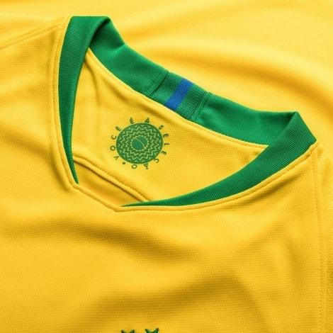 Женская домашняя футболка сборной Бразилии на ЧМ 2018 воротник