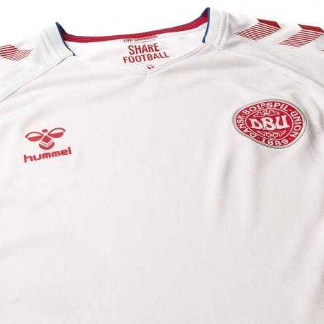 Гостевая футболка сборной Дании на чемпионат мира 2018 лого вблизи
