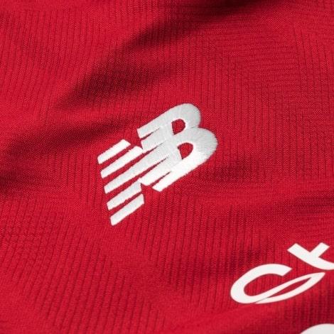 Бренд на футболке Ливерпуля 2018-2019 вблизи