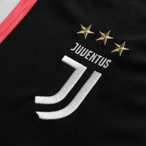 Домашняя игровая футболка Ювентуса 2019-2020 герб клуба