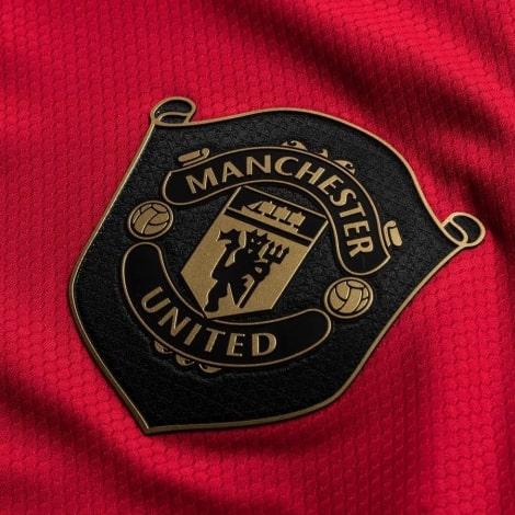 Взрослая домашняя форма Манчестер Юнайтед 2019-2020 герб клуба