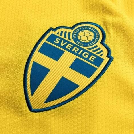 Женская домашняя футболка сборной Швеции на ЕВРО 2020 герб клуба
