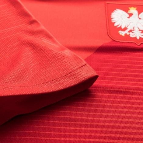 Красная выездная форма сборной Польши на чемпионат мира 2018 вблизи
