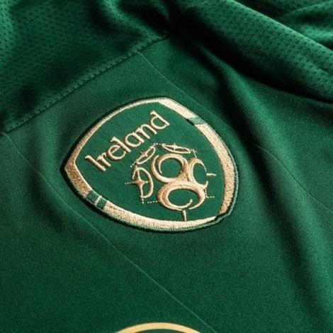 Женская Домашняя игровая футболка сборной Ирландии на ЕВРО 2020 герб сборной