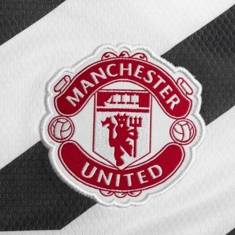 Третья игровая футболка Манчестер Юнайтед 2020-2021 герб клуба
