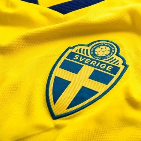 Домашняя футболка Швеции на ЧМ 2018 Линделеф герб