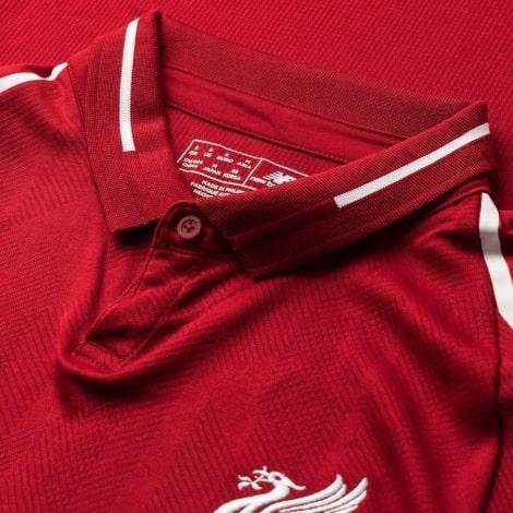 Воротник на футболке Ливерпуля 2018-2019 вблизи