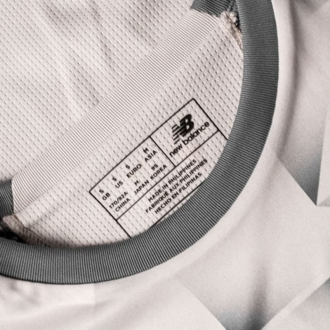 Третья игровая футболка Ливерпуля 2018-2019 воротник вблизи