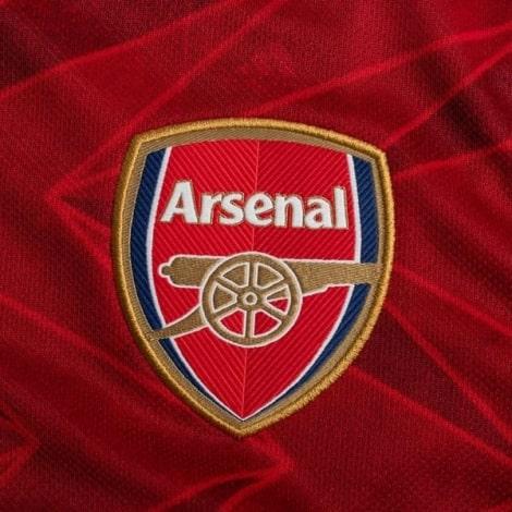 Женская домашняя футболка Арсенала 2020-2021 герб клуба
