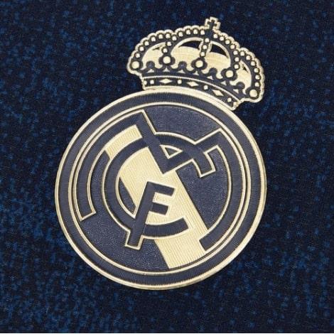 Гостевая игровая футболка Реал Мадрид 2019-2020 герб клуба