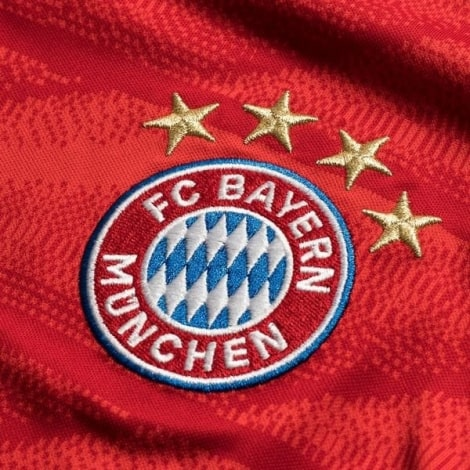 Детская домашняя форма Баварии Серж Гнабри 2019-2020 герб клуба