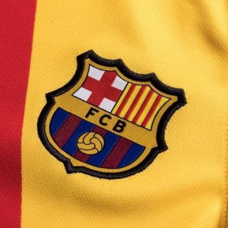 Четвертая игровая футболка Барселоны 2019-2020 герб клуба