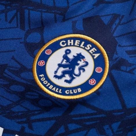 Комплект взрослой домашней формы Челси 2019-2020 футболка вблизи герб клуба