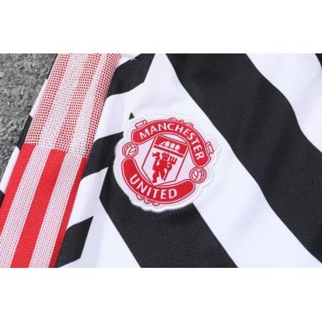 Черно-белый костюм Манчестер Юнайтед 2021-2022 штаны герб клуба
