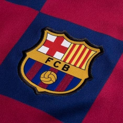 Детская домашняя футбольная форма Месси 2019-2020 футболка спереди герб клуба