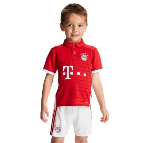 Детская домашняя футбольная форма Баварии 2016-2017 на мальчике