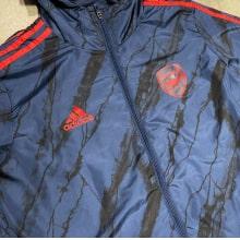 Куртка ветровка с капюшоном Арсенал 2021-2022 вблизи