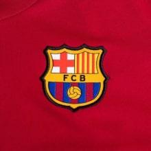 Красная тренировочная футболка Барселоны 2020-2021 герб клуба