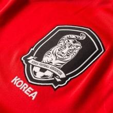 Красная домашняя футболка сборной Кореи на чемпионат мира 2018 герб