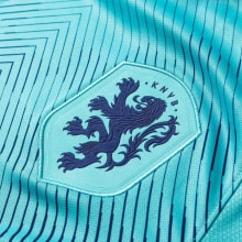 Гостевая футбольная форма сборной Голландии 2019-2020 герб сборной