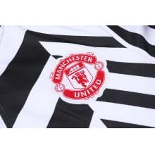 Черно-белый костюм Манчестер Юнайтед 2021-2022 герб клуба