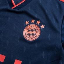 Третья игровая футболка Баварии 2019-2020 герб клуба