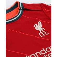 Домашняя игровая футболка Ливерпуля 2021-2022 герб клуба