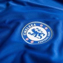Домашняя игровая футболка Челси 17-18 лого клуба