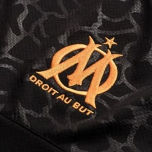 Гостевая игровая футболка Марселя 2019-2020 герб клуба