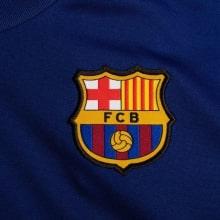 Синяя тренировочная футболка Барселоны 2020-2021 герб клуба