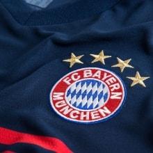 Гостевая футболка Баварии 2017-2018 Арьен Роббен логотип