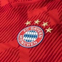 Домашняя игровая футболка Баварии 2018-2019 герб клуба
