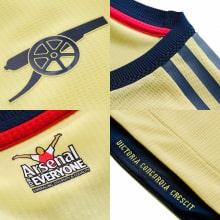 Гостевая игровая футболка Арсенала 2021-2022 логотипы