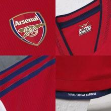 Домашняя игровая футболка Арсенала 2021-2022 логотипы