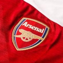 Домашняя игровая футболка Арсенала 2018-2019 герб клуба