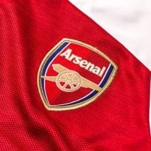 Женская домашняя футболка Арсенала 2018-2019 герб клуба